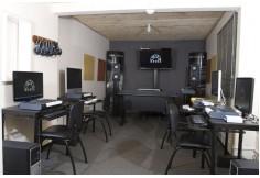 Sala de computadores (Una estación por estudiante)