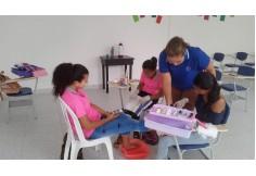 Estudiantes del curso de manicura.