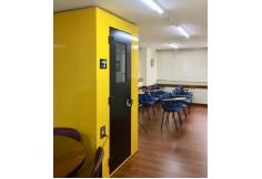 Cabina de locución y aula de Academia ECO